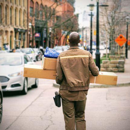 Obwohl der Versandhandel blüht, traut sich der Einzelhandel noch nicht an den Lieferservice heran. Warum eigentlich nicht?