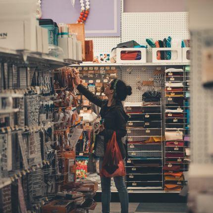 Trotz hoher Wachstumsraten im Online-Handel kaufen viele Kunden doch lieber im Ladengeschäft ein. Dabei spielen drei Gründe die Hauptrolle.