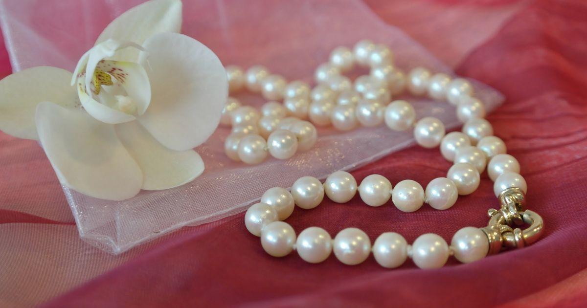Ob Ohrringe, Ringe, Armbänder oder Ketten – Perlen liegen einfach immer im Trend.