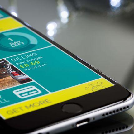 Du stehst an der Kasse und zückst Dein Smartphone. Wie praktisch wäre es jetzt, das Smartphone auch gleich zum Bezahlen zu verwenden?