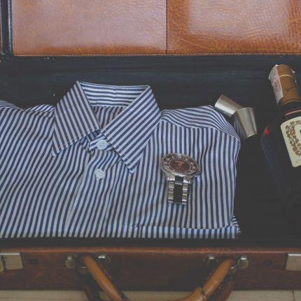 Der Platz im Koffer ist rar. Wir zeigen Dir, was Du getrost zuhause lassen kannst und wie Du clever für Deinen Sommerurlaub 2017 packst!